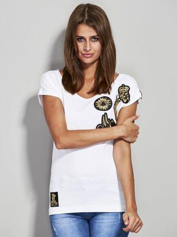 T-shirt ze złotymi naszywkami biały