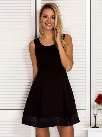 Trapezowa sukienka koktajlowa z zakładkami czarna PLUS SIZE