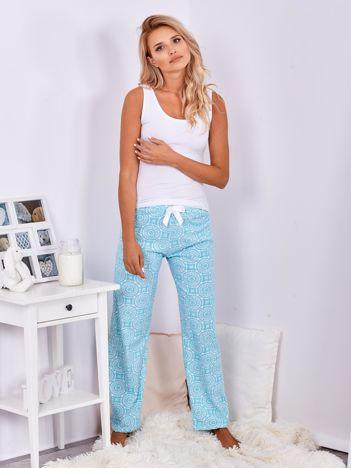 Turkusowe spodnie do spania we wzory