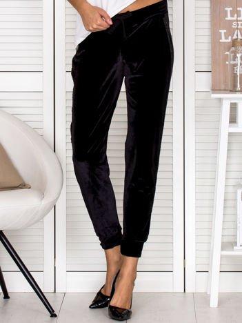 VIA DELLE ROSE Welurowe spodnie dresowe z lampasami czarne
