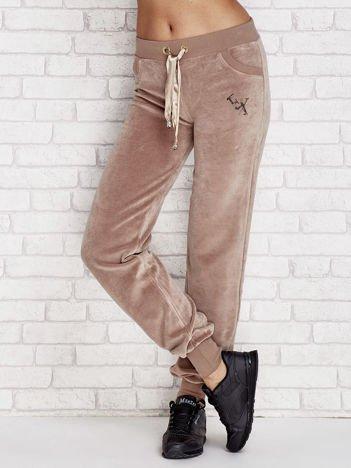 Welurowe spodnie dresowe z aplikacją kawowe