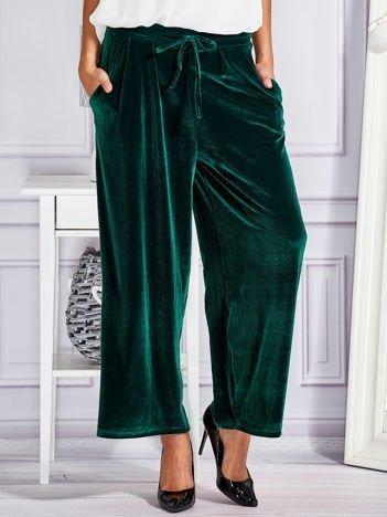 Welurowe spodnie flare z troczkami zielone