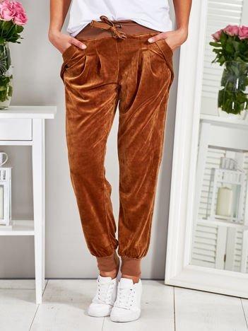Welurowe spodnie z kieszeniami brązowe