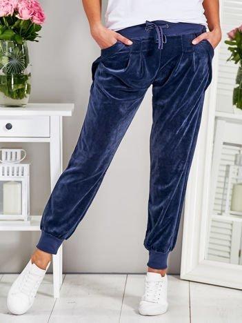 Welurowe spodnie z kieszeniami granatowe