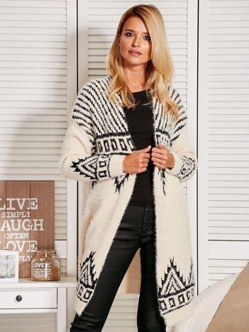 Włochaty otwarty sweter ze wzorem ecru