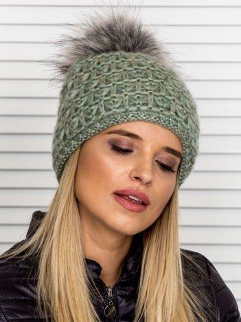 Włóczkowa czapka z pomponem i dodatkiem wełny zielona