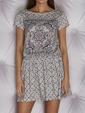 Wzorzysta sukienka dzienna w gumkę koralowa