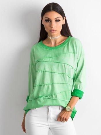 Zielona bluzka z asymetryczymi przeszyciami
