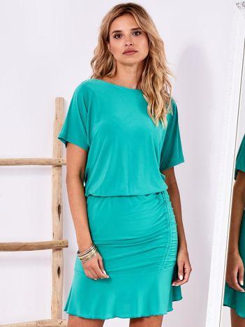 Zielona sukienka z drapowaniem i wycięciem łezką z tyłu