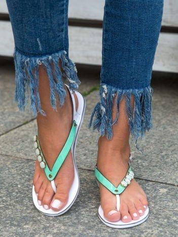 Zielone odkryte sandały na białej podeszwie z błyszczącymi kamieniami na przodzie