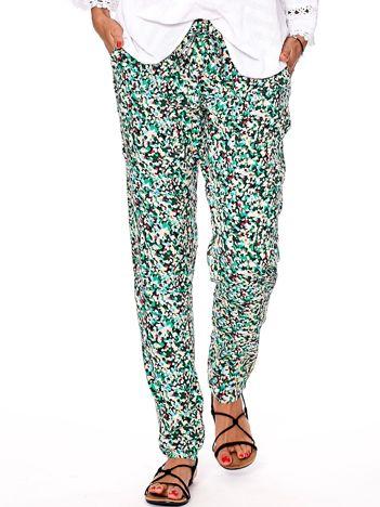 Zielone spodnie w abstrakcyjne wzory