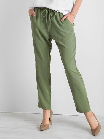 Zielone spodnie z troczkami