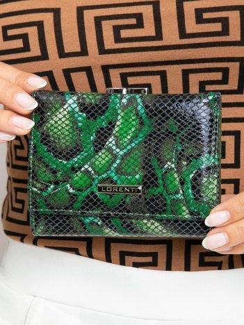 Zielony skórzany portfel we wzory