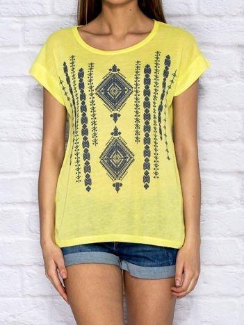 Zielony t-shirt w etniczne wzory