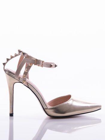 Złote lakierowane sandały na szpilkach z ozdobnymi paskami na tyle cholewki zdobione złotymi ćwiekami