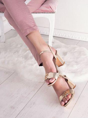Złote sandały SABATINA z ozdobnym detalem na przodzie