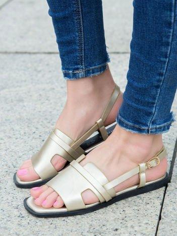 Złote skórzane sandały Monnari na płaskim obcasie, zapinane na sprzączkę