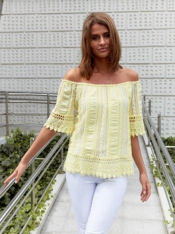 Żółta bluzka hiszpanka z koronkowym wykończeniem