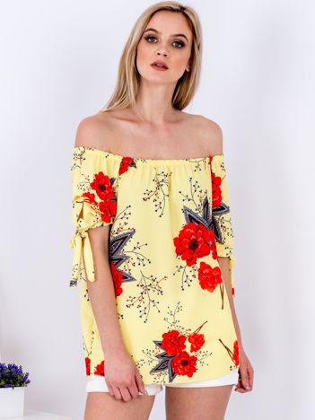 Żółta bluzka odsłaniająca ramiona w kwiaty