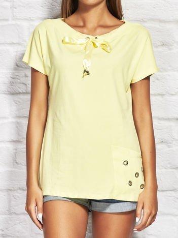 Żółta bluzka z wiązaniem przy dekolcie i kieszenią
