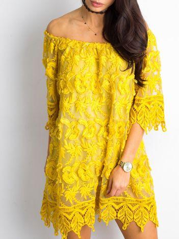 Żółta sukienka odsłaniająca ramiona