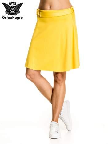Żółta trapezowa spódnica z paskiem z klamrą