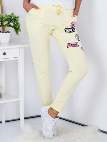 Żółte spodnie dresowe z naszywkami