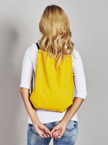 Żółty płócienny plecak worek