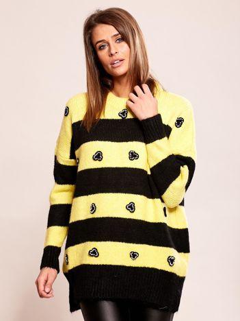 Żółty sweter oversize w paski z aplikacją
