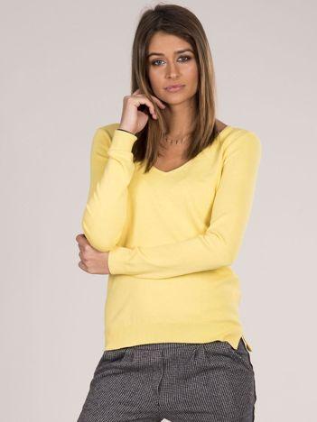 Żółty sweter w serek