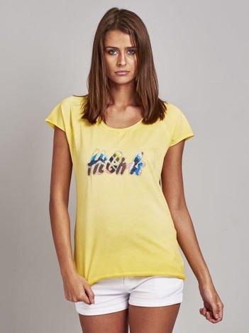 Żółty t-shirt z kolorową naszywką