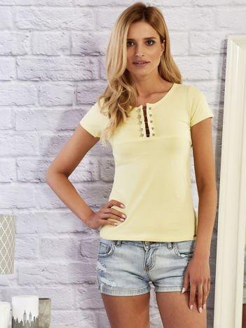 Żółty t-shirt z ozdobną wstawką przy dekolcie