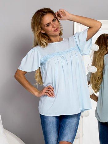 Zwiewna bluzka z cekinowym dekoltem jasnoniebieska