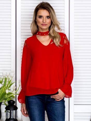 Zwiewna bluzka z chokerem i perełkami czerwona