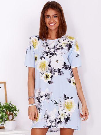 Zwiewna jasnoniebieska sukienka w kwiaty