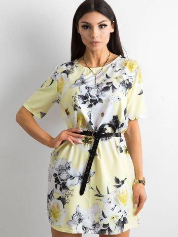 Zwiewna jasnożółta sukienka w kwiaty