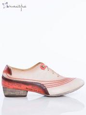 Beżowe półbuty Maciejka przed kostkę z marszczonym przodem i ozdobnymi wstawkami z nadrukami na tyle buta