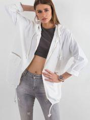 Biała bluza z nadrukiem i kapturem