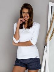 Biała bluzka z guzikami przy dekolcie