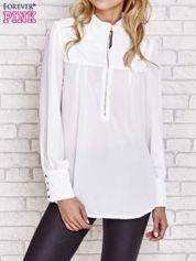 Biała elegancka koszula z pikowanymi wstawkami i suwakiem