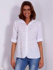 Biała koszula z perełkami i podwijanymi rękawami