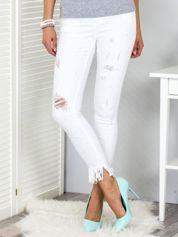 Białe spodnie jeansowe z perełkami i przedarciami