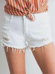 Białe szorty jeansowe z dziurami