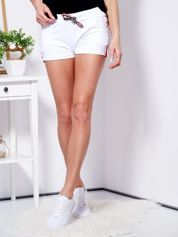 Białe szorty z lampasami