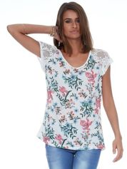 Biały kwiatowy t-shirt z koronkowymi rękawami