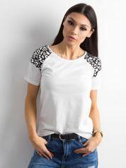 Biały t-shirt damski z kontrastowymi wstawkami