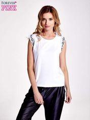 Biały t-shirt z ornamentem na rękawach
