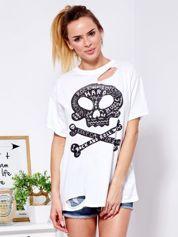 Biały t-shirt z rozcięciami i nadrukiem czaszki