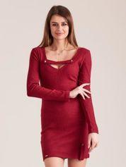 Bordowa dopasowana sukienka z głębokim dekoltem V