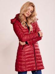 Bordowy pikowany płaszcz z odpinanym kapturem